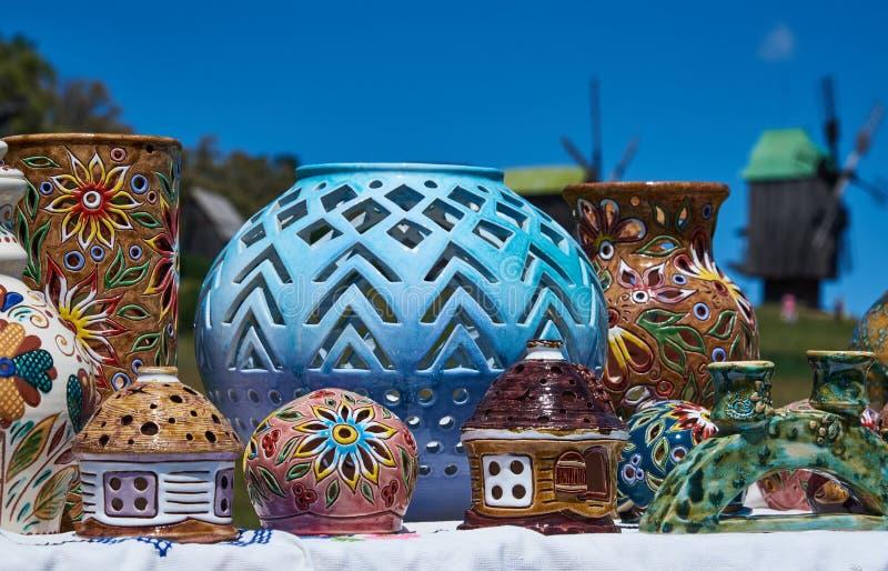 Ljusstakar i formen av en loge och en gegga, dekorativa vaser fotografering för bildbyråer