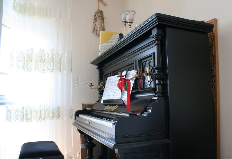 Ljusstake på ett gammalt piano fotografering för bildbyråer