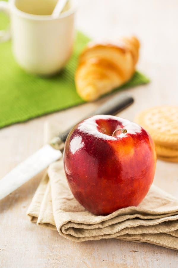 Ljust äpple på förgrund royaltyfria foton