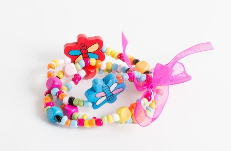 Ljust armband med fjärilar och pilbåge för liten flicka royaltyfri bild