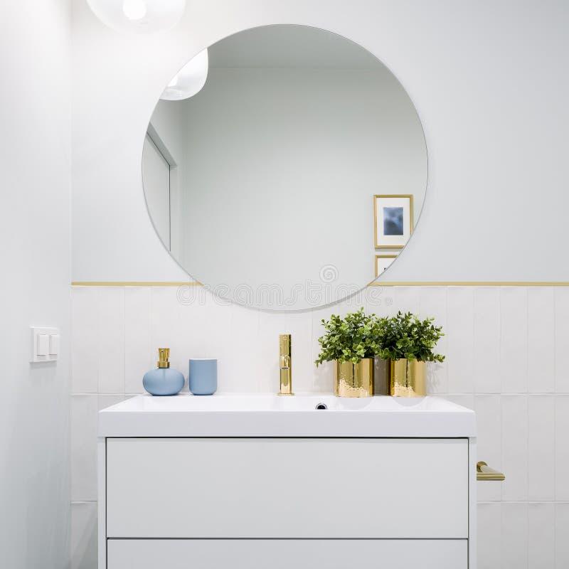 Ljust badrum med den runda spegeln fotografering för bildbyråer