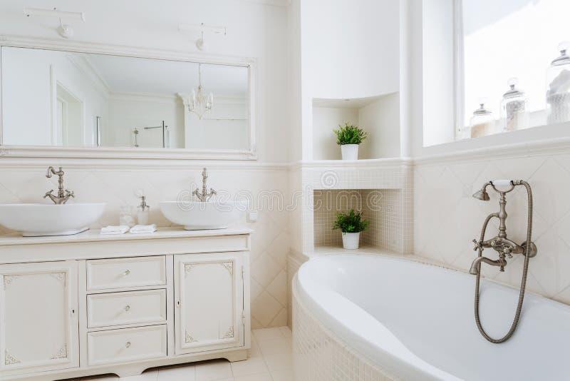 Ljust badrum med två vaskar arkivfoto