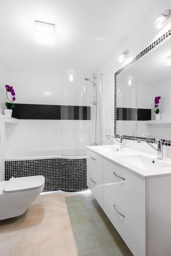 Ljust badrum som är inre med små tegelplattor royaltyfri foto