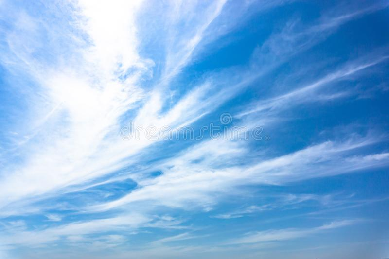 Ljust - blå himmel med det vita molnet för strimma royaltyfria foton