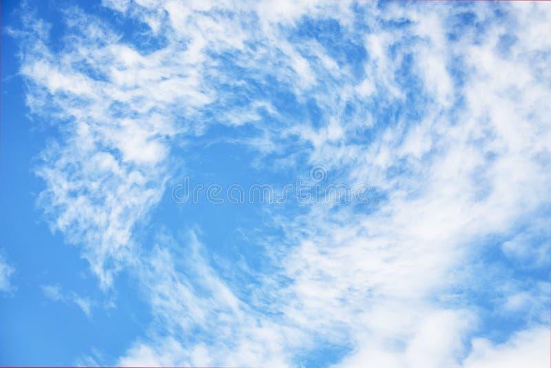 Ljust - bl? himmel med cirrocumulusmoln E royaltyfri bild
