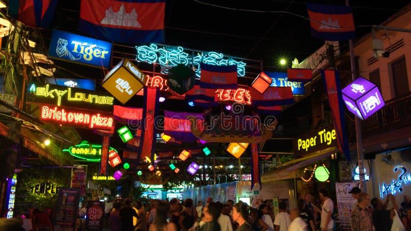 Ljust dekorerat med flaggor och girlander turist- gata, Cambodja flaggor som ?r dekorativa royaltyfri fotografi