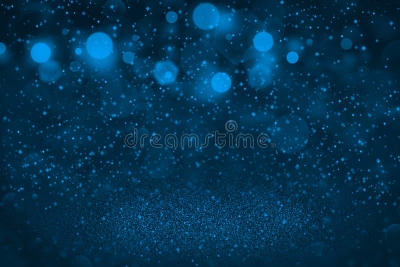 Ljust - den blåa härliga briljanten blänker defocused bokeh för ljus som abstrakt bakgrund med gnistor flyger, feriemodelltextur  royaltyfri foto