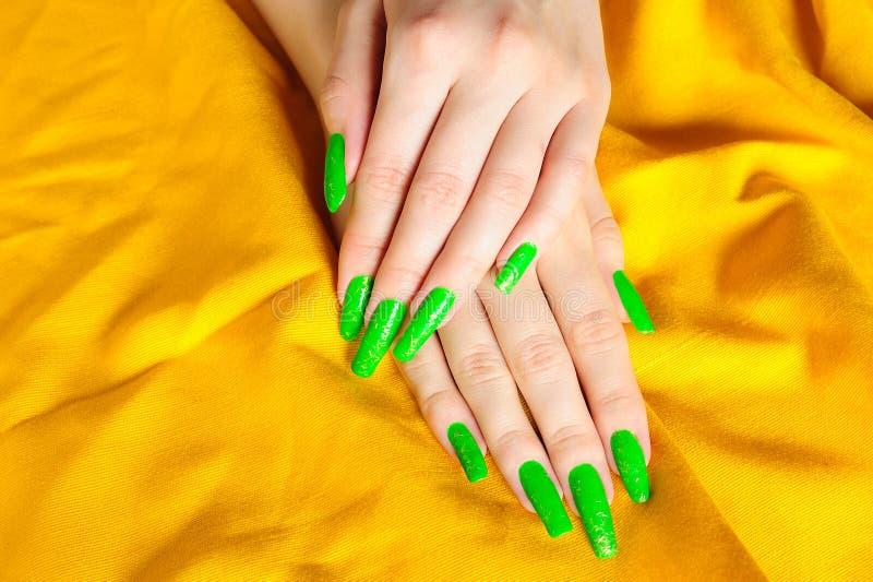 ljust - den gröna manicuren spikar verkligt fotografering för bildbyråer