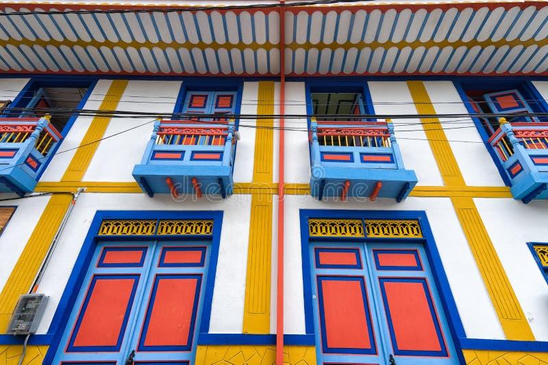 Ljust färgad arkitektonisk detalj i Salento Colombia arkivbild