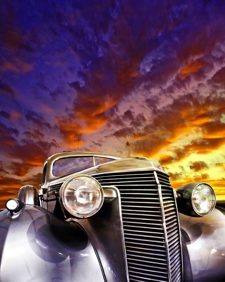 ljust färgad stor solnedgångtappning för bil royaltyfria foton
