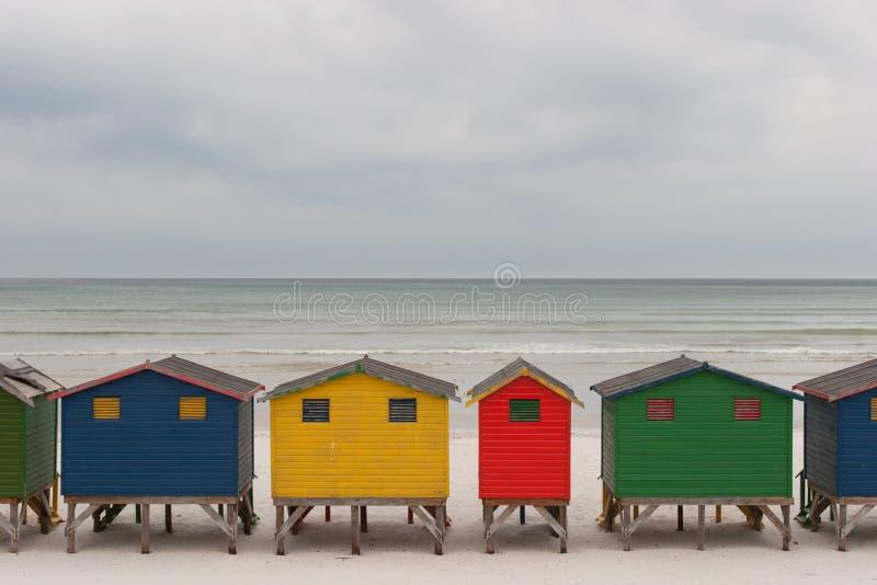 Ljust färgade strandkojor 2 arkivfoton