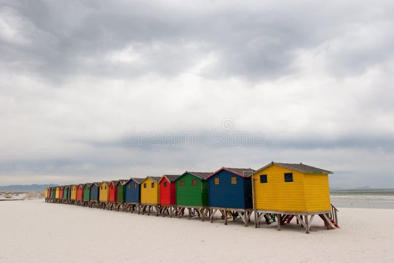 Ljust färgade strandkojor 3 fotografering för bildbyråer