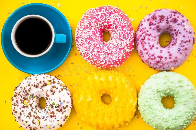 Ljust färgrikt donuts och kaffe arkivfoton