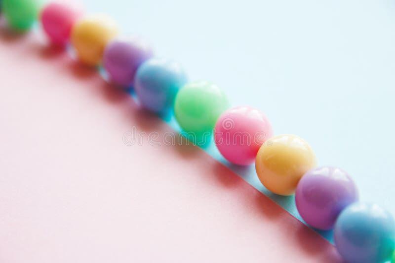 Ljust fjädra försiktigt mång--färgade pärlor royaltyfria foton