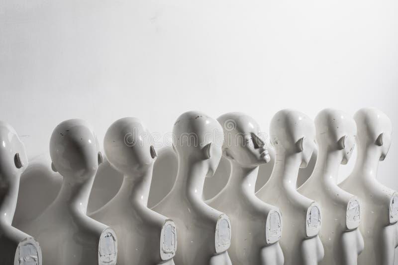 Ljust foto av plast- kvinnaskyltdockor som står i linjen royaltyfria bilder