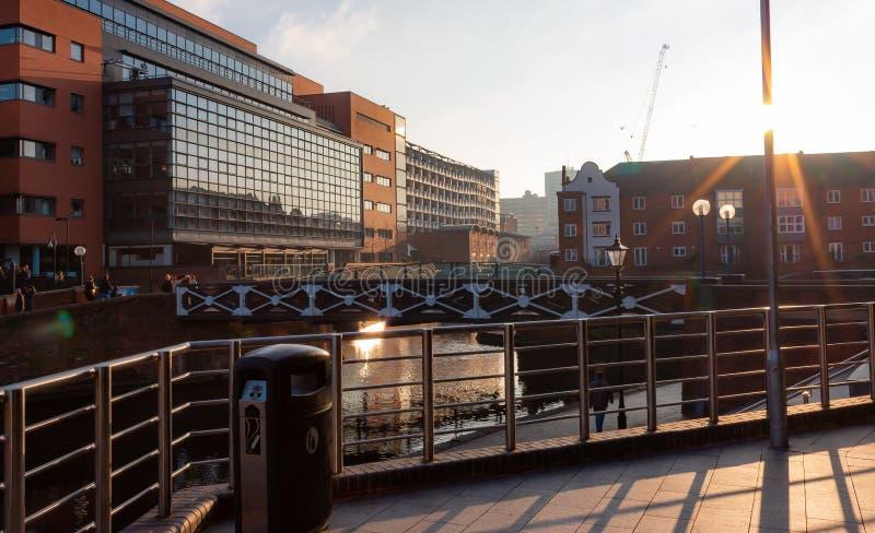 Ljust foto av stora byggnader i centrala Birmingham arkivbilder