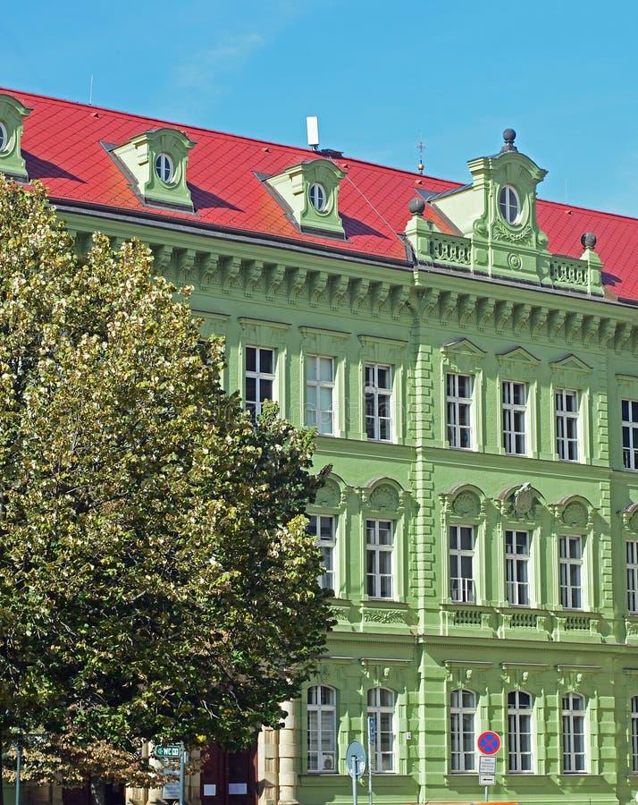 Ljust - grön härlig byggnad i stadsseparatiststilen av arkitektur, Prague royaltyfria foton