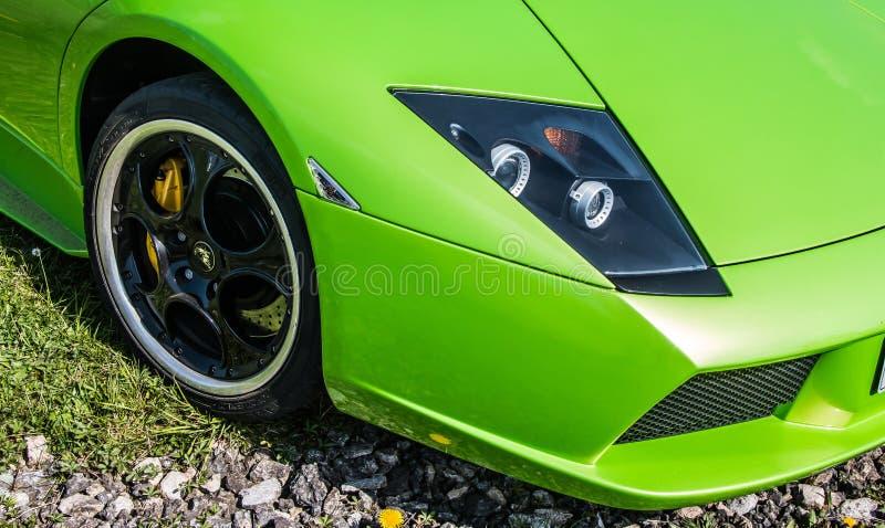 Ljust - grön Lamborghini toppen bil royaltyfri bild