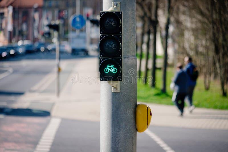 Ljust - grönt trafikgataljus eller signallampa för cykel arkivfoto