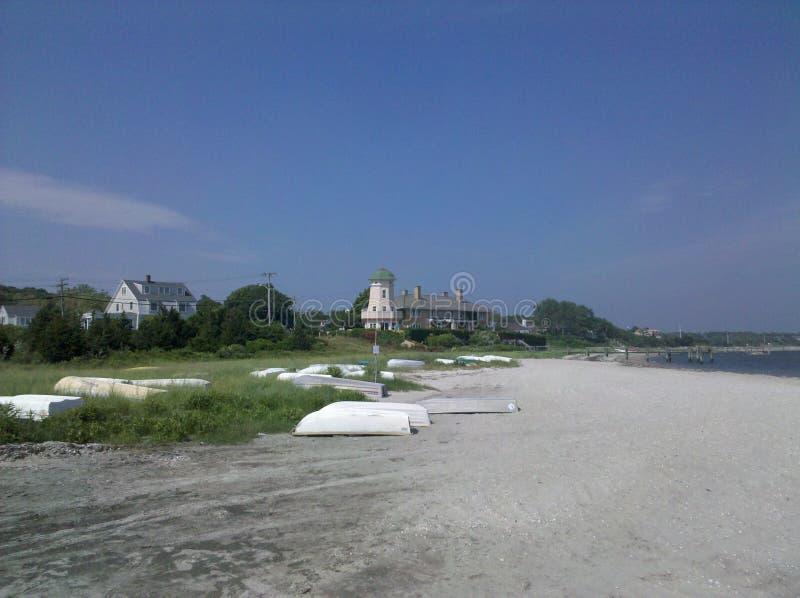 Ljust hus på en strand fotografering för bildbyråer