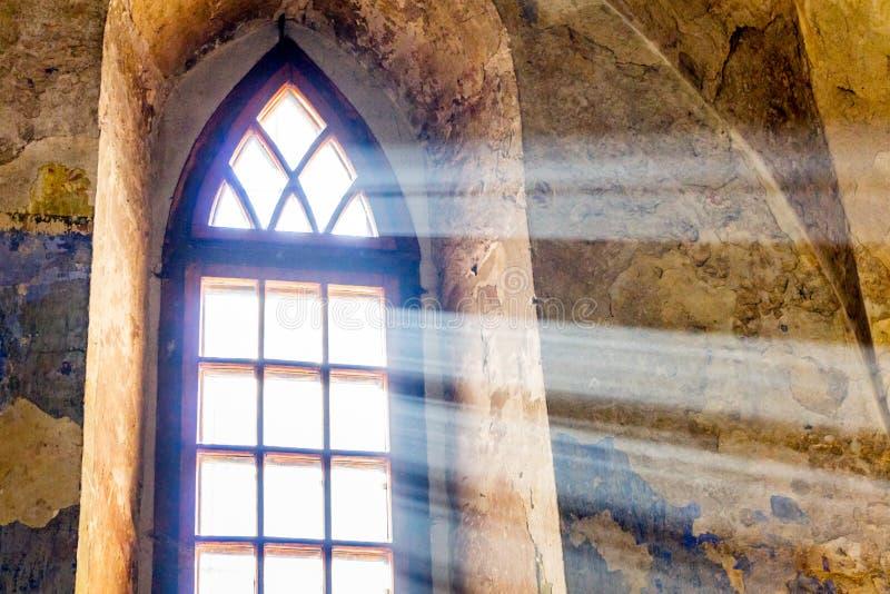 Ljust ljus tränger igenom till och med fönstret av en forntida temple_ arkivbild