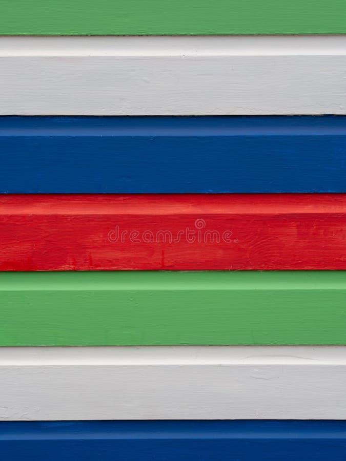 Ljust målade horisontalband av trä, från gammal strandkoja Bakgrund royaltyfria foton