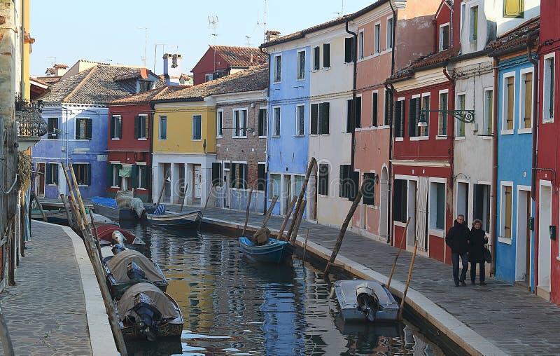 Ljust m?lade hus och kanaler p? ?n av Burano n?ra staden av Venic royaltyfri bild