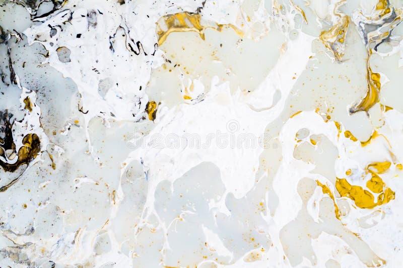 Ljust marmorera bakgrundstextur med guld-, svarta, gråa och vita färger, genom att använda akryl som häller medelkonstteknik  royaltyfri foto