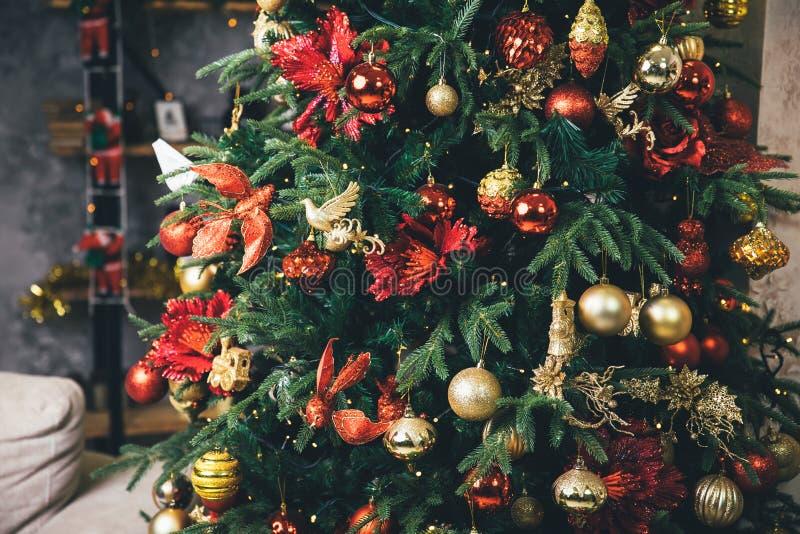 Ljust och dekorerade elegantly julgranen med bollar och leksaker royaltyfria bilder