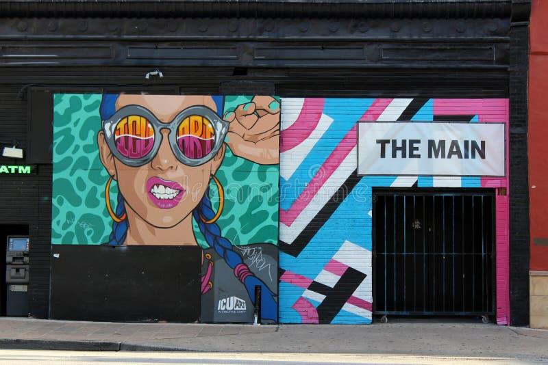 Ljust och färgrikt konstverk på svart bakgrund av byggnad, i stadens centrum Austin, texas, 2018 arkivfoto