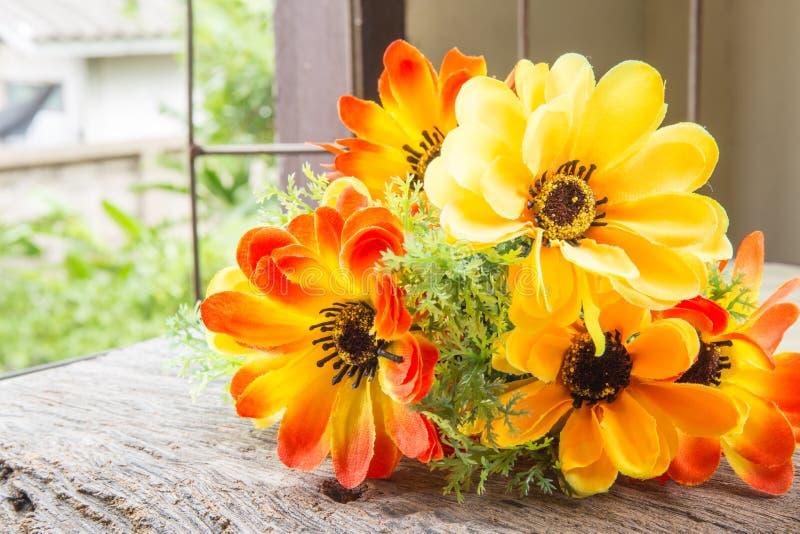 Ljust och härligt av plast- blommor arkivfoton
