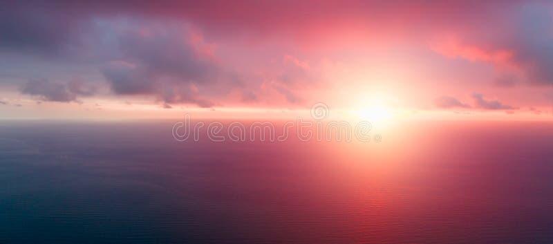 Ljust orange himmel och ljus av solen Skybakgrund på solnedgång paradis för natur för sammansättningsdesignelement Panorama- soln arkivbild