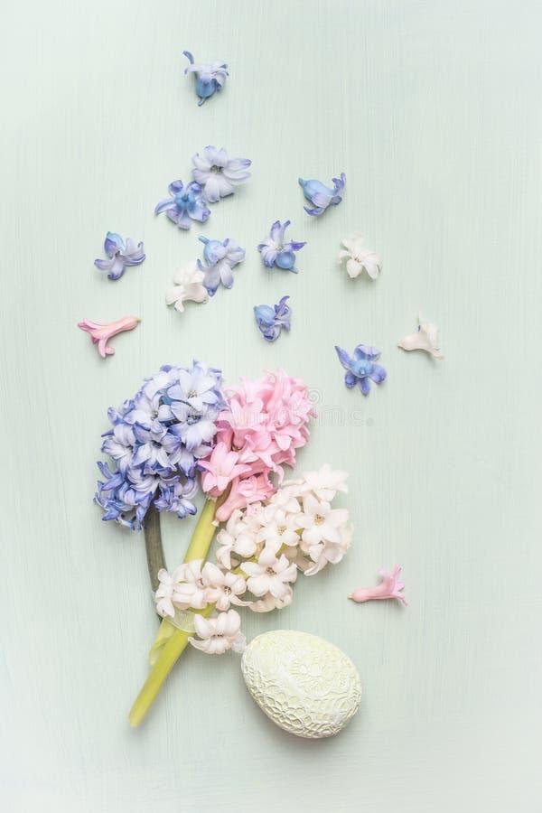 Ljust pastellfärgat påskhälsningkort med det hyacintblommor och ägget royaltyfria foton