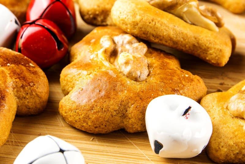 Ljust rödbrun bröd bakar ihop closeupen med små klirrklockor royaltyfri foto