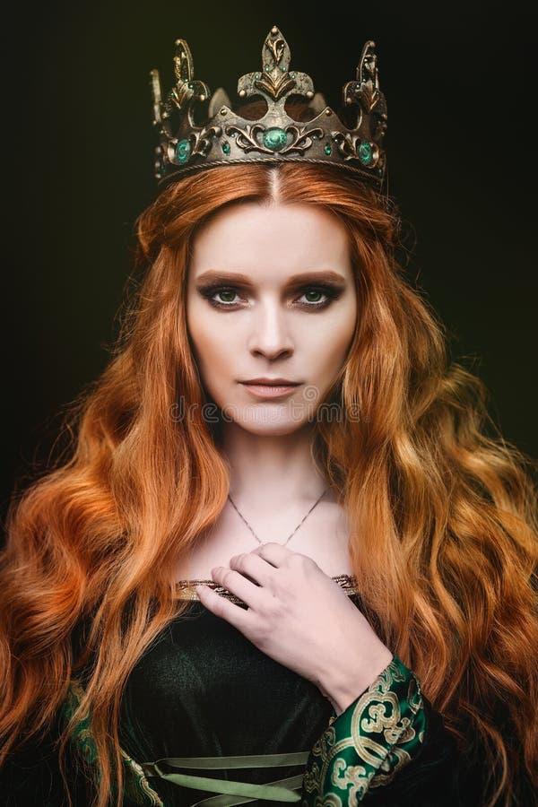 Ljust rödbrun drottning nära slotten royaltyfri bild