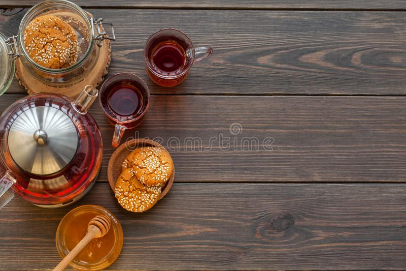 Ljust rödbrun kakor för honung på en lantlig bakgrund royaltyfria foton