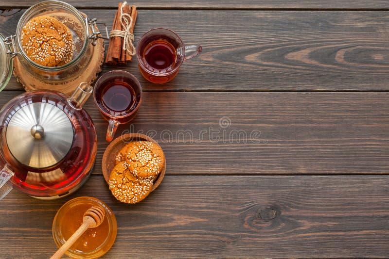 Ljust rödbrun kakor för honung på en lantlig bakgrund arkivbild