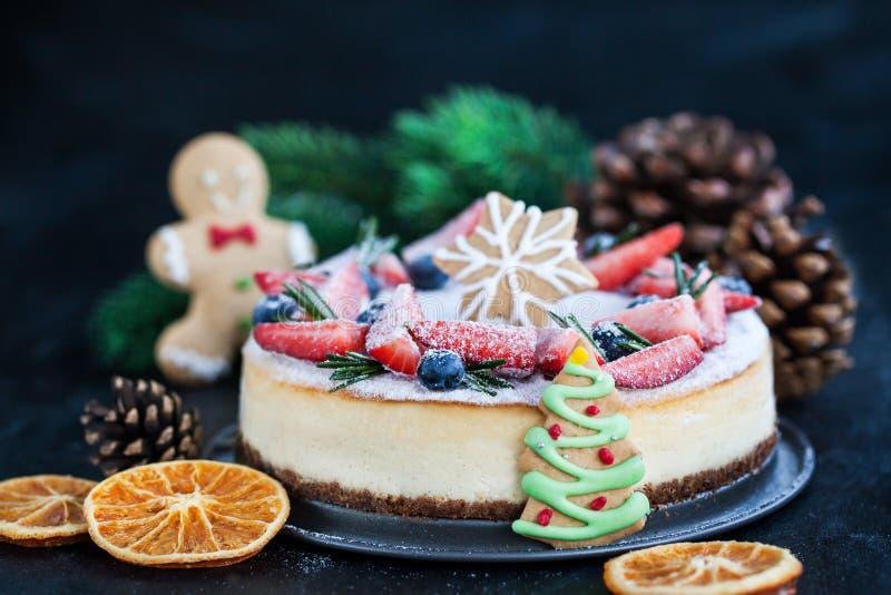 Ljust rödbrun ostkaka för läcker jul med ny bärdecorat royaltyfri bild