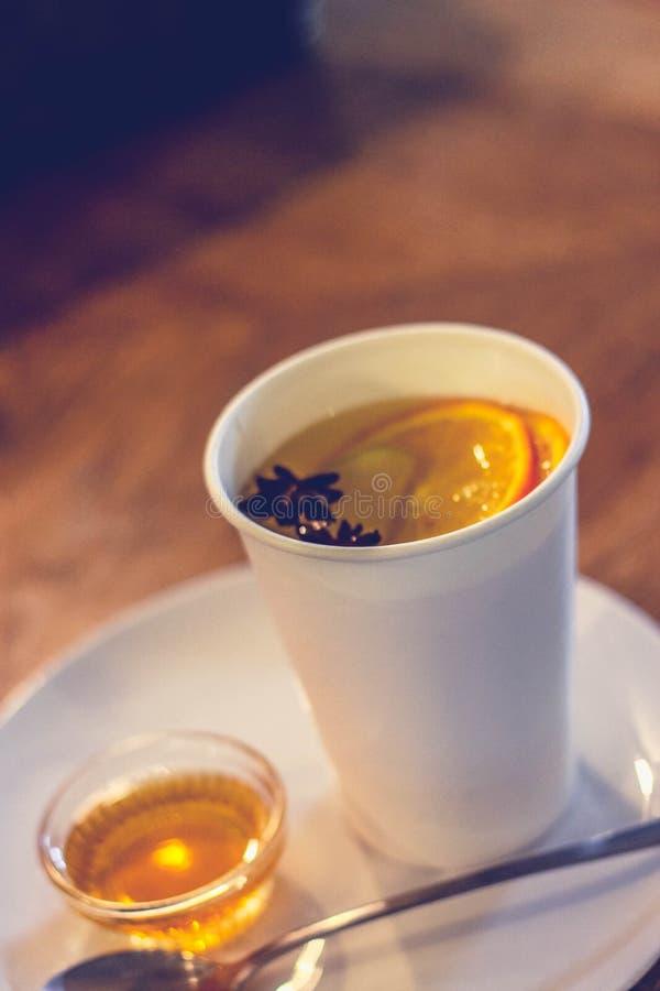 Ljust rödbrun te med apelsiner och kryddnejlikor royaltyfri bild