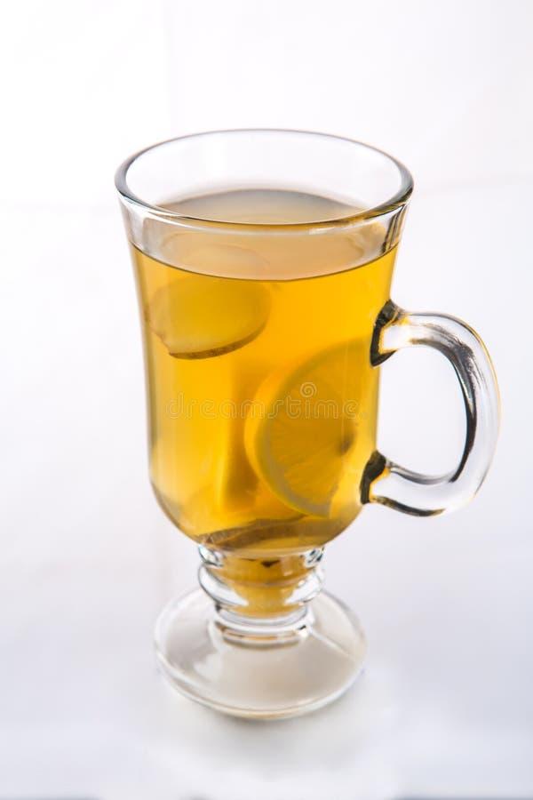 Ljust rödbrun te med citronen i ett exponeringsglas Varmt te på vit bakgrund Foto för restaurangmenyn, annonsering, affisch royaltyfri foto