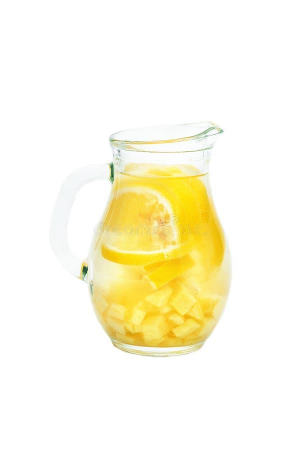 Ljust rödbrun te med citronen, ingefära rotar och mintkaramellen på vit bakgrund royaltyfri foto