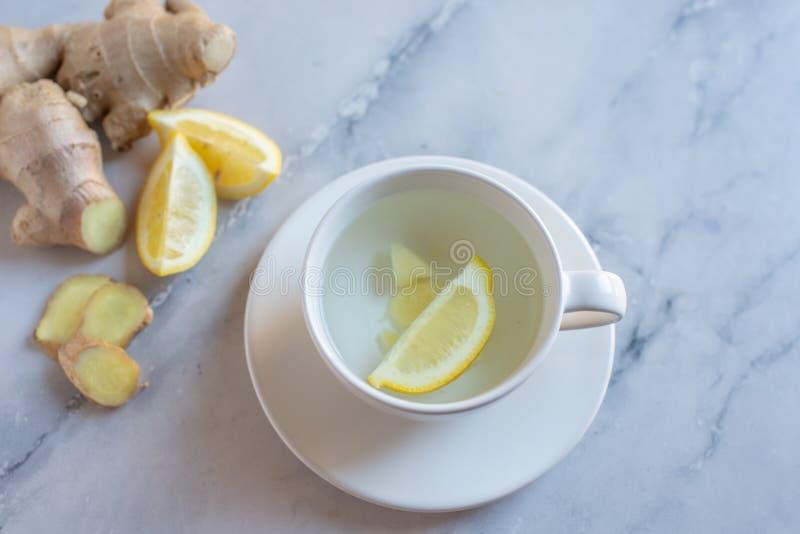 Ljust rödbrun te med den nya citronen på en tabell fotografering för bildbyråer