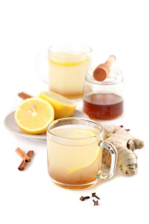 Ljust rödbrun tea med honung, citronen och kryddor arkivbilder