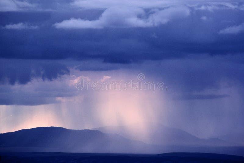 ljust regn arkivfoton