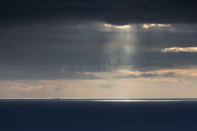 Ljust solljus över hav arkivfoto