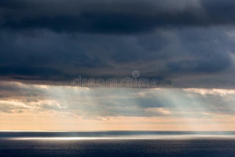 Ljust solljus över hav royaltyfri foto