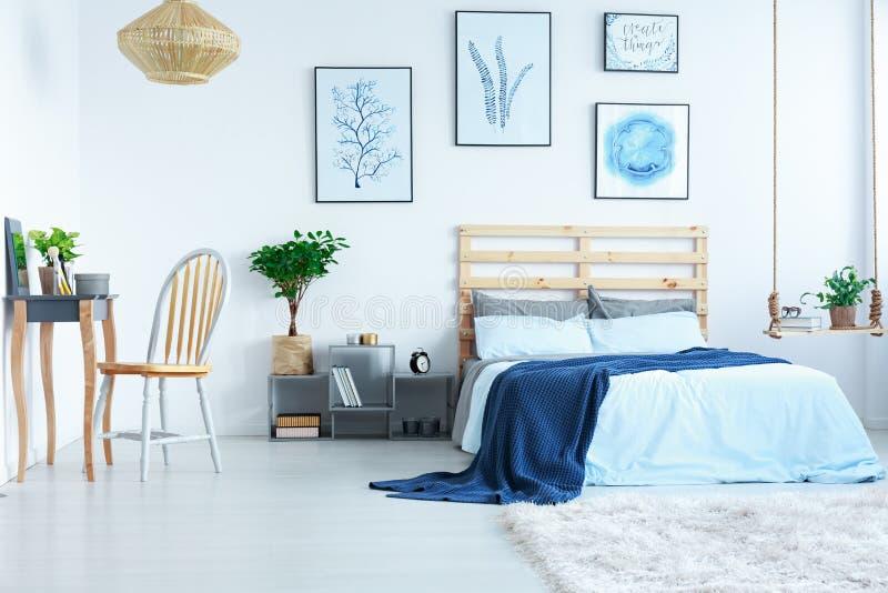 Ljust sovrum med dressingtabellen fotografering för bildbyråer