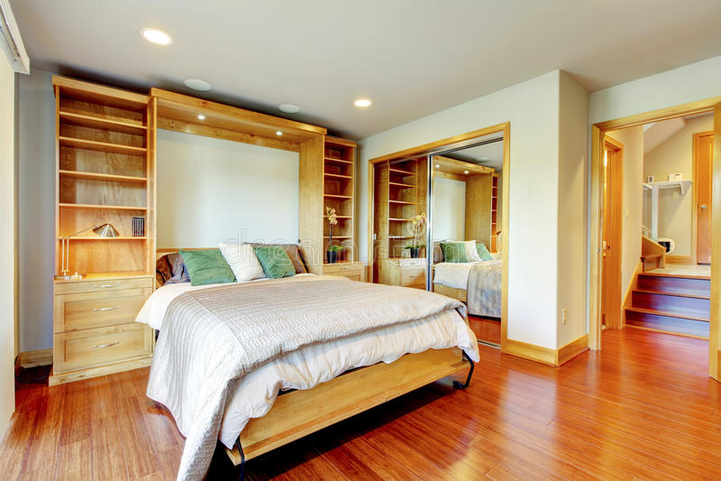 Ljust sovrum med lagringskombinationen, glida-dörr spegelkrig arkivfoto
