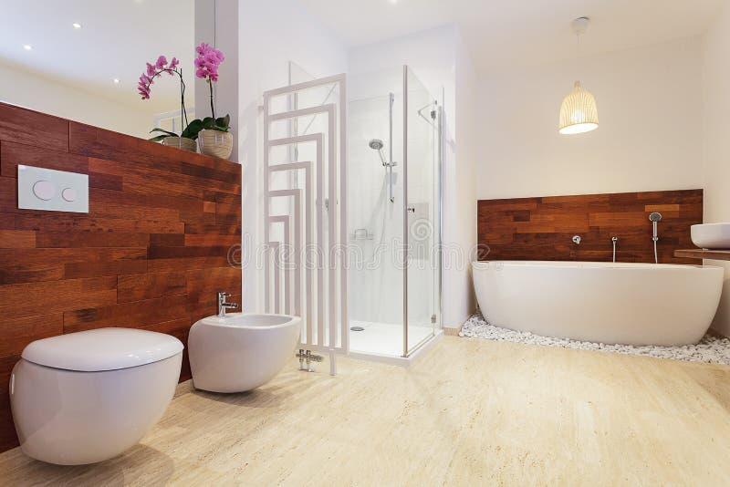 Ljust stilfullt badrum arkivbild