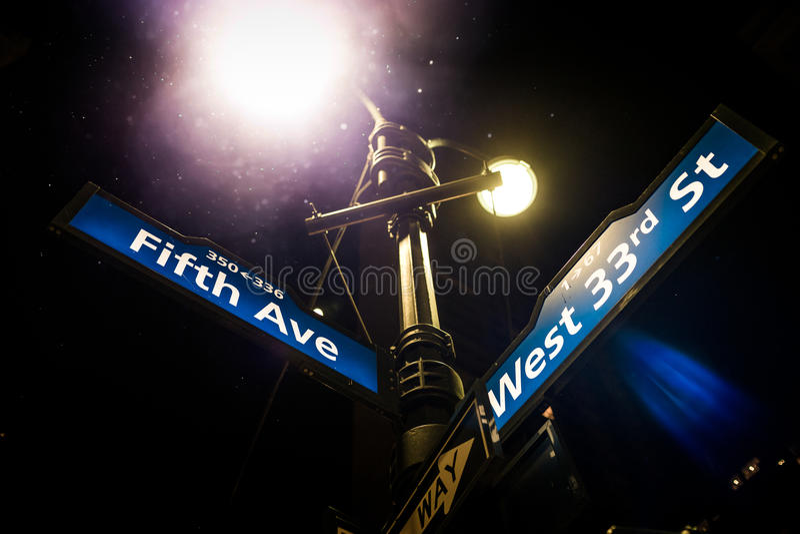 Ljust stolpe- och Fifth Avenue gatatecken på hörnet av Wesen royaltyfri bild